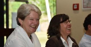 Staatssekretärin für Umwelt, Klimaschutz, Landwirtschaft und Verbraucherschutz Dr. Beatrix Tappeser (links) besuchte am Mittwoch die Klosterberghalle für den Vortrag zur Problematik der Herbstzeitlosen.