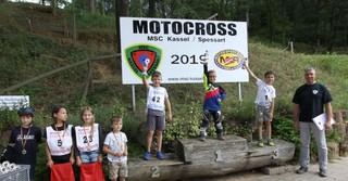Sieger der Klasse 6-8 sowie Rennleiter Marcus Bender (r.)