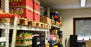 Im Lager der Tafel befinden sich weitere Waren.