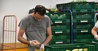 Bei der Tafel werden die Lebensmittel erneut kontrolliert und sortiert.