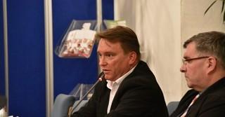 Hauptamtsleiter Horst Schmidt (links).
