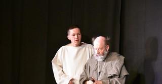 Leon Harms (Simplicius) und Wolfgang Schmidt (Einsiedler) beim szenischen Spiel