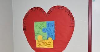 Alle Kinder der vierten Klassen halfen beim Herz.
