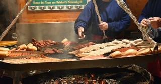 Ob Bratwurst, Steak oder andere Leckereien: Auf dem Hanauer Weihnachtsmarkt ist für jeden was dabei.