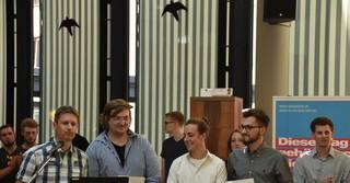 (von links) Lehrer Dirk Müller mit den Jahrgangsbesten Florian Binder, Marlon Kaufmann und David Niciejewski
