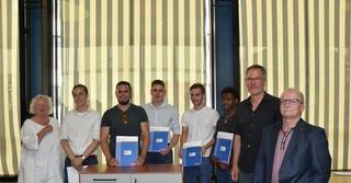 """Die Gewinner des Wettbewerbs """"Gute Form"""" und die Belobigten zusammen mit der Jury"""