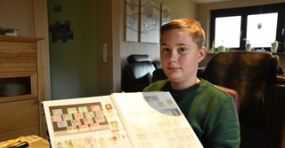 Zu Max' Hobbies zählt auch Briefmarken sammeln.