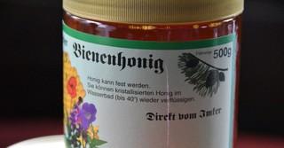 Für 5,50 Euro verkauft der 11-Jährige seinen Bienenhonig.