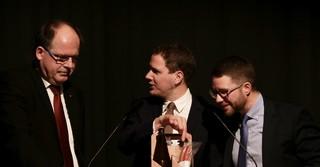 Als kleines Dankeschön für seine Rede erhält Ehrengast Stefan Körzell ein kleines Präsent.