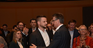 Auch der amtierende Bürgermeister Jörg Muth (CDU) gratuliert Greuel.