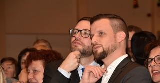 Landrat Thorsten Stolz (SPD) und Timo Greuel warten gespannt auf die Wahlergebnisse.