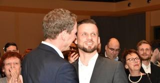 Auch Christoph Degen (SPD) beglückwünscht seinen Parteigenossen.