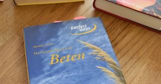 Neben den Kriminalromanen hat Matthias Fischer auch ein Buch über das Beten geschrieben.