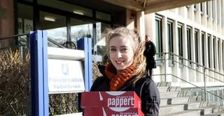 Unsere Reporterin Lena Eberhardt vor dem Polizeipräsidium Südosthessen.
