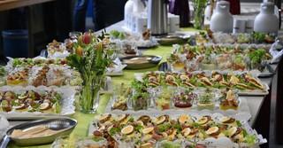 Leckere Canapés und Kuchen wartete auf die Gäste.