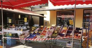 Der Obst- und Gemüsestand von Rech in Schlüchtern hat geöffnet und bietet frische Waren vom Großmarkt in Frankfurt am Main an