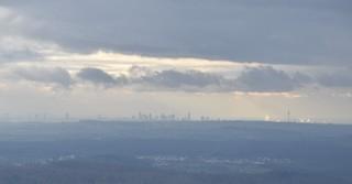 Frankfurter Skyline in der Ferne.