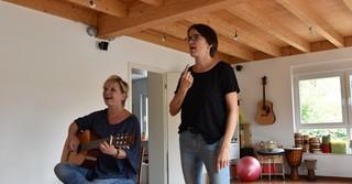 Bevor das Video gedreht wurde, probten Musiktherapeutin Silke Knoll (links) und ...
