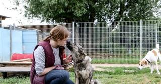 Tierpflegerin Steffi mit Hündin Lina.