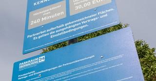 Auf dem Schild an der Einfahrt prangen die Geschäftsbedingungen von Parkraumüberwachung24.