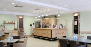 Der Gastrobereich der Saunalandschaft erstrahlt im neuen Design.