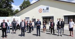 Ministerpräsident Volker Bouffier und die Einkaufshelden.