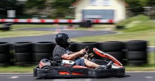 Geschwindigkeiten von bis zu 75 km/h sind bei den Karts möglich.