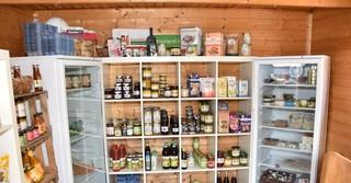 Der Hofladen bietet ein üppiges Sortiment aus regionalen, nachhaltigen und auch zahlreichen Bio-Produkten.