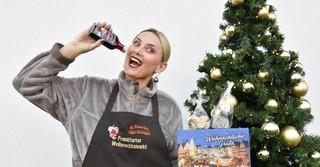 Monika Eiserloh verkauft gebrannte Mandeln in der Mandelbar