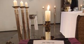 Die selbst gestaltete Kerze mit der schriftlichen Botschaft wurde nach dem Gottesdienst zum Ort des Anschlags in Kesselstadt gebracht.