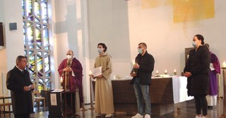 Oberbürgermeister Claus Kaminski mit den Jugendlichen in der St. Elisabethkirche