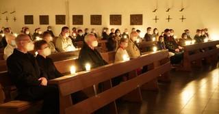 Mit Abstand und Distanz und Mund-Nasenbedeckung: Die Lichtfeier in der St. Elisabethkirche für eine überschaubare Gruppe. Mit Distanz - Nur Familien sitzen enger zusammen