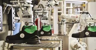 Besonderes Highlight der Strauss CI Factory ist die gläserne Schuhfabrik.
