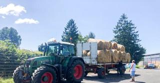 Umgehend werden die Ballen von Dürenern Landwirten zu den betroffenen Tierhaltern gebracht
