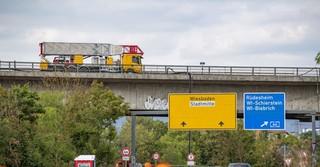Der einsame Laster auf A 66 wird heute von der Salzbachtalbrücke gehoben - Foto: Hendrik Urbin