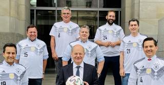 Mit Olaf Scholz und den SPD-Fußballern vom FC-Bundestag