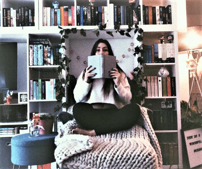 Bücher, über Bücher - Roxanne Grimm in ihrer Leseecke. - Foto: Privat