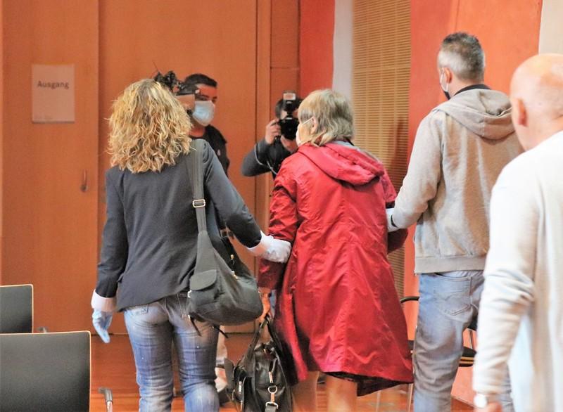 Auf dem Weg in die JVA: Nach Verkündung des Urteils erging ein Haftbefehl gegen Sylvia D - Foto: Schmidt