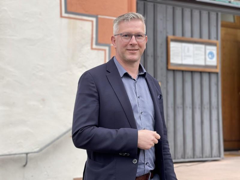 Zimmermann vor seinem Rathaus