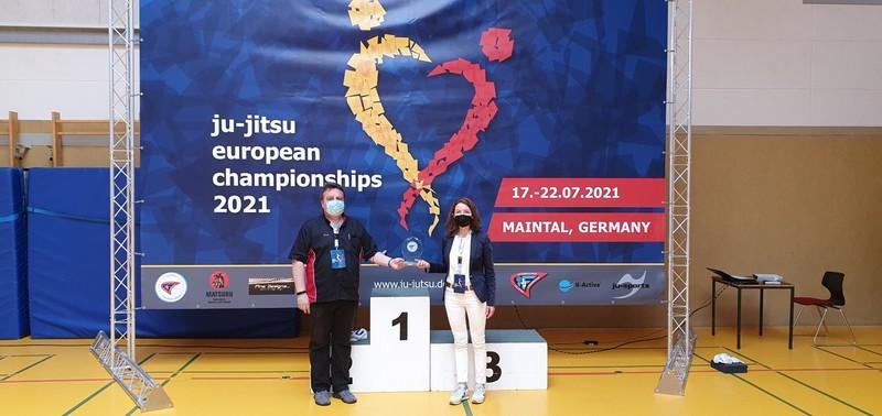 Ervin Susnik, Vorsitzender des SC Budokan Maintal, und Bürgermeisterin Monika Böttcher am Tag der Eröffnung der Europameisterschaft im Ju-Jitsu in der Sporthalle der Werner-von-Siemens-Schule. - Foto: Stadt Maintal