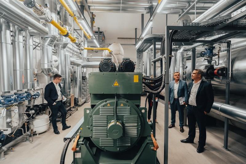 Für die klimaschonende Energie- und Wärmeversorgung des Pioneer Parks sorgt eine innovative Energiezentrale. Hier ein Blick in eines von drei Blockheizkraftwerken