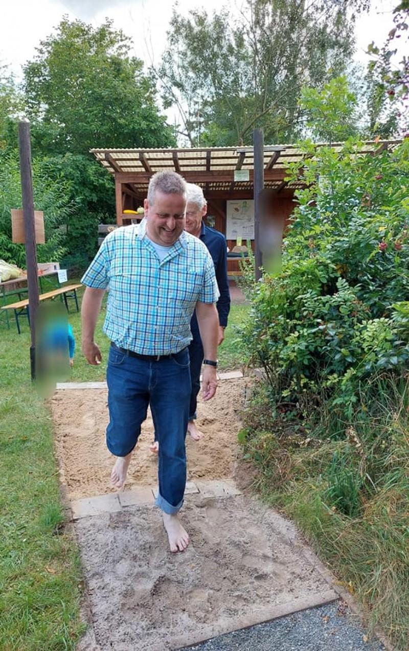 Bürgermeister Matthias Pfeifer auf dem Barfußpad der Vogelschutzgruppe Hasselroth