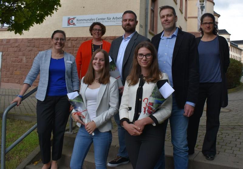 Susanne Simmler (zweite von links) und Beate Langhammer (ganz links) gemeinsam mit Absolventinnen und Absolventen des KCA