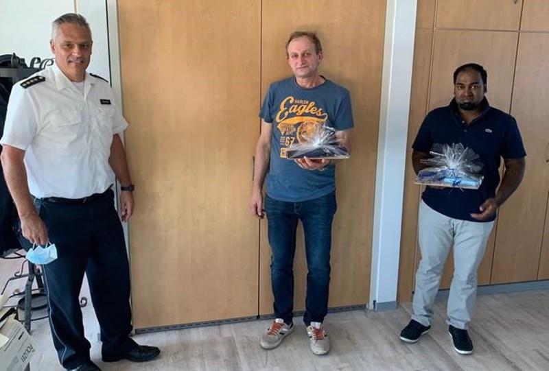 Der leitende Polizeidirektor Jürgen Fehler sowie die beiden Retter Dariusz Szymanski und Dr. Giulio Tallarico. - Foto: Polizei