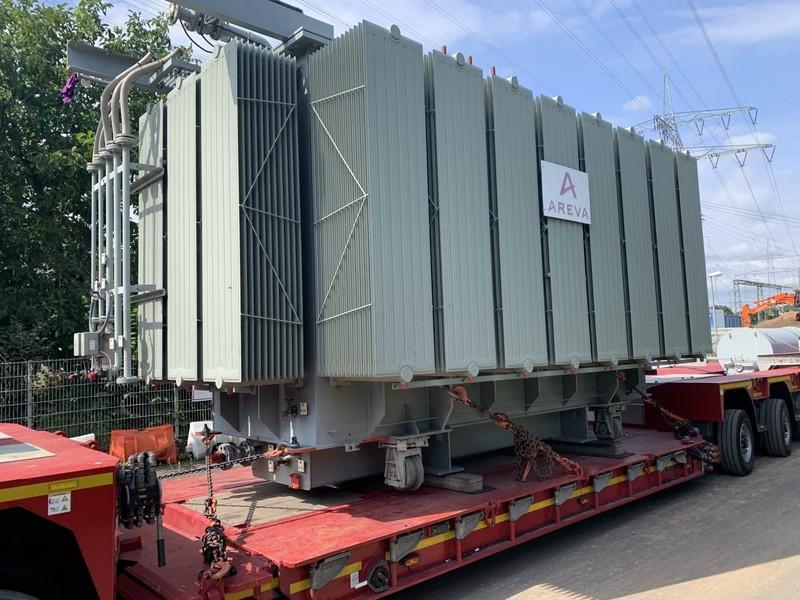 Der umgelagerte Trafo wiegt 80 Tonnen, hat eine Leistung von 40 MW und misst vier Meter in der Höhe und 3,20 Meter in der  Breite.