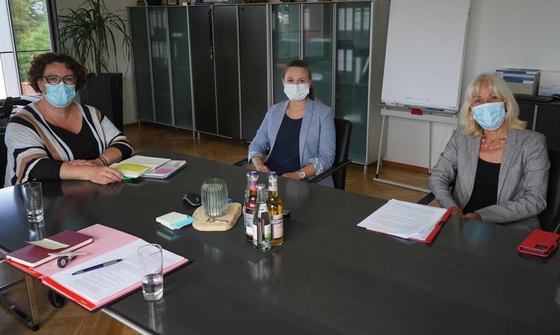 Erste Kreisbeigeordnete Susanne Simmler und Julia Fock sprachen mit Bettina Müller über die ärztliche Versorgung und welche Rolle den Landkreisen zukommt (von links). - Foto: Main-Kinzig-Kreis
