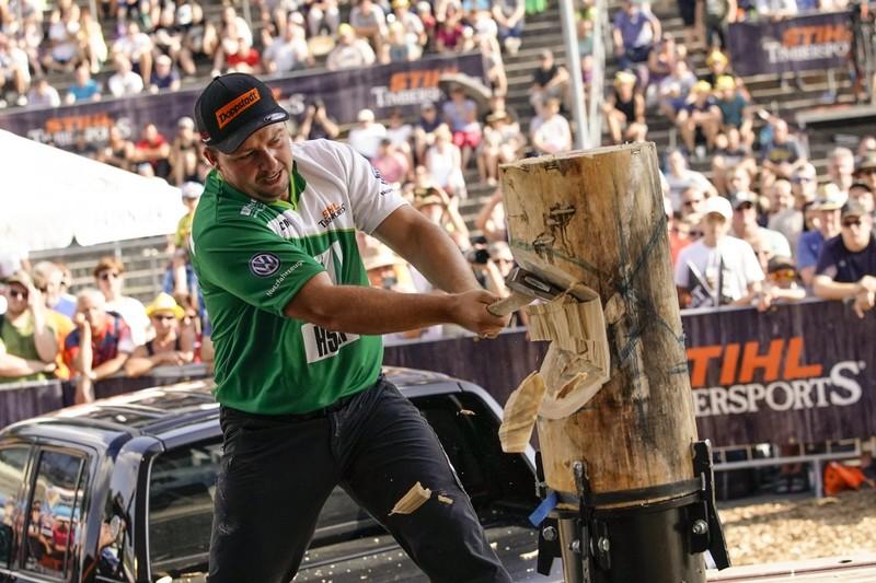 Der Sinntaler, hier beim Standing Block Chop, ist zum ersten Mal Deutscher Meister.