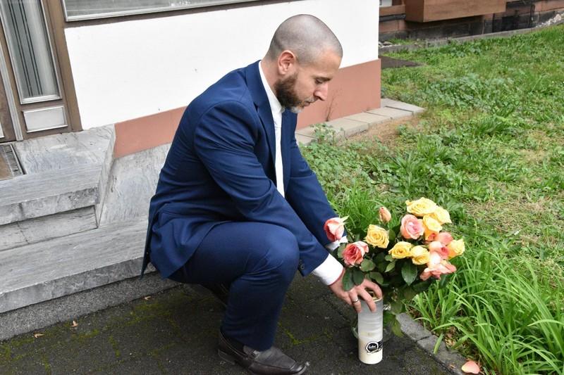 Diese Blumen wurde vor die Synagoge gestellt