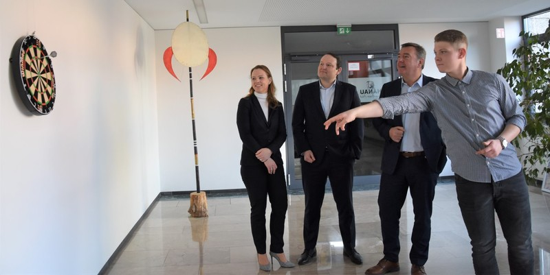 Oberbürgermeister Claus Kaminsky sowie die Geschäftsführerin der Stadtwerke, Martina Butz, und Netz-Geschäftsführer Adrian Szabo zum Erfolg bei der jüngsten Weltmeisterschaft gratulierten Nico Kurz (von links)