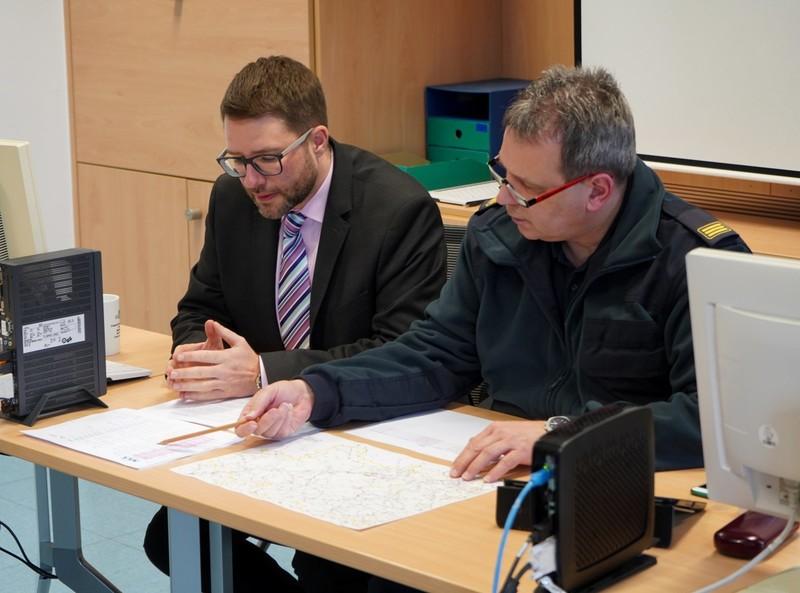 Landrat Thorsten Stolz und Kreisbrandinspektor Markus Busanni bei der Auswertung der Einsätze rund um den Sturm.